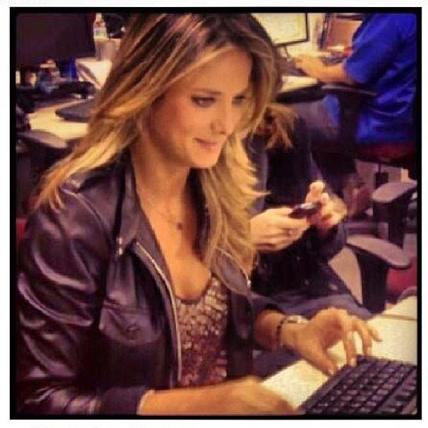 Tici compenetrada enquanto trabalha (Foto: Reprodução/Instagram)