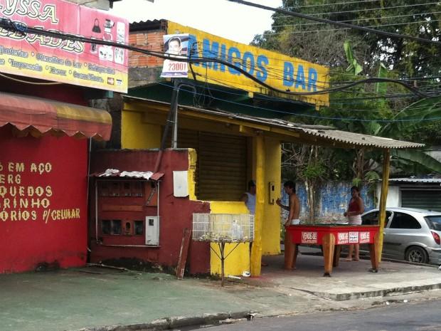 Testemunhas afirmaram que dois homens passaram em uma moto e disparam contra a vítima, que estava em um bar (Foto: Camila Henriques/G1 AM)