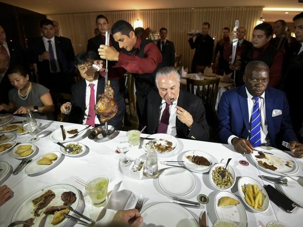 O presidente Michel Temer come carne na churrascaria Steak Bull, em Brasília, para onde foi com embaixadores de cerca de 40 países, que compram carne do Brasil e representantes de frigoríficos em Brasília