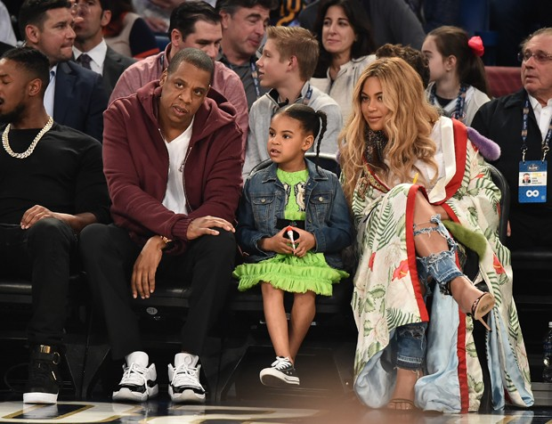 Jay Z, Blue Ivy Carter e Beyoncé Knowles assistem juntos ao 66º NBA All-Star em Louisiana (Foto: Theo Wargo/Getty Images)