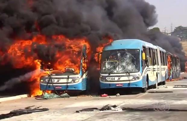 Ônibus foram tomados pelo fogo ateado por manifestantes em Goiânia, Goiás. (Foto: Reprodução/TV Anhanguera)