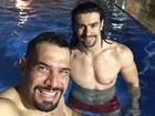 Sertanejo Mariano mostra foto em que aparece de sunga na piscina