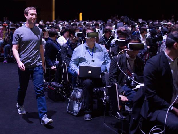 Mark Zuckerberg chega para a apresentação do Galaxy S7, em Barcelona (Foto: Reprodução / Facebook)