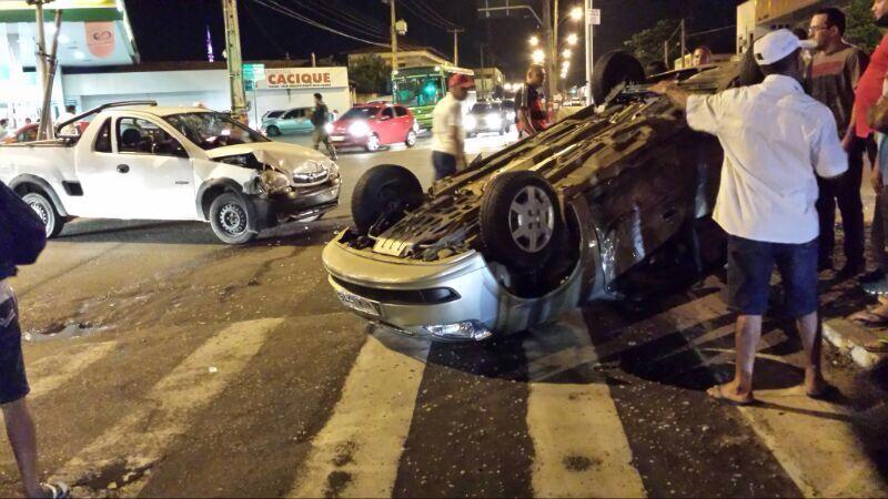 Quatro pessoas estavam no carro que capotou e uma se feriu (Foto: Felipe Pereira / TV Clube)