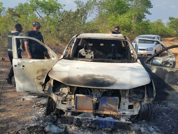 Carro foi queimado por suspeitos durante fuga  (Foto: SSP/Divulgação)