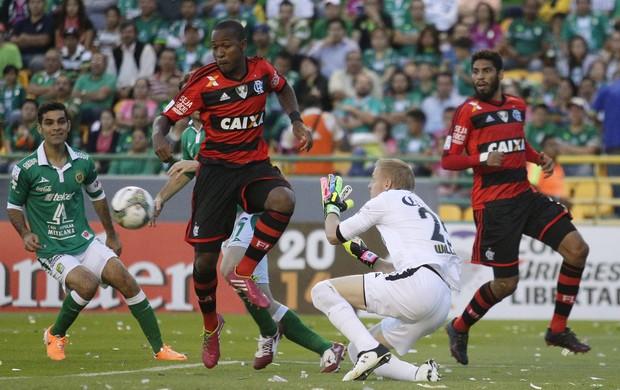 Samir e Wallace, Leon x Flamengo (Foto: EFE)