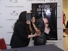Ana Carolina e Letícia Lima escondem selinho em lançamento