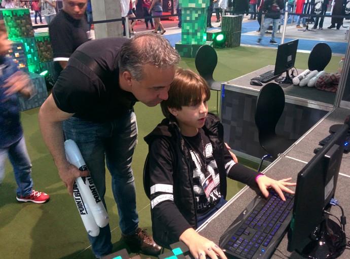 Glaucio Carvalho levou seu filho, Tiago, para jogar Minecraft no XMA