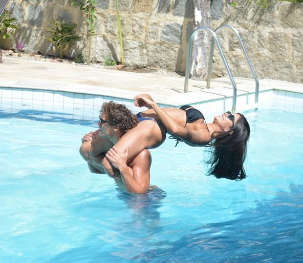 Felipe leva Aline nas costas em momento de descontração (Foto: AgNews / Felipe Souto Maior)