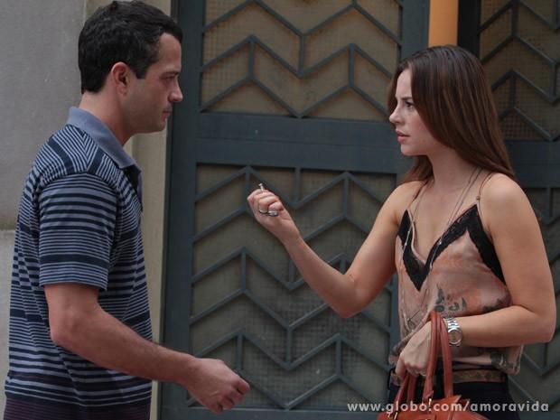Paloma devolve anel de noivado após ver beijo (Foto: Amor à Vida / TV Globo)