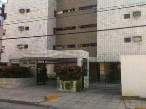 Adolescente foi atingido por disparo de arma de fogo dentro de apartamento (Foto: Henrique Pereira/G1)