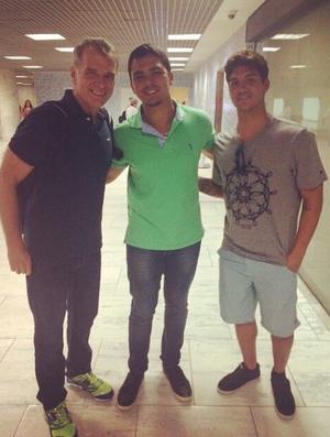 Fã tira foto com Medina e Bernardinho (Foto: Reprodução)