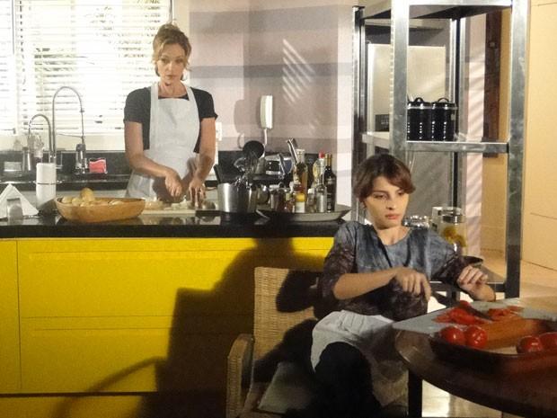 Sônia e Isadora passam perrengue na cozinha  (Foto: Cheias de Charme / TV Globo)