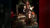 Johnny Depp surpreende fãs e aparece em atração na Disney