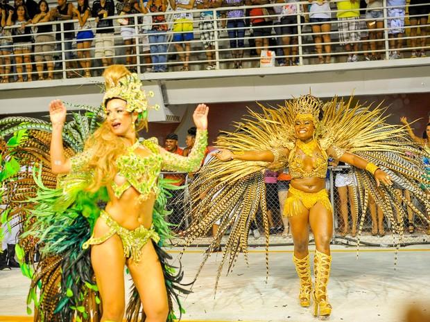 Rainha e madrinha de bateria da Imperatriz do Forte mostram samba no pé durante o carnaval de Vitória. (Foto: Weliton Aiolfi/ G1)
