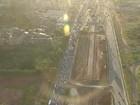 Avenida Paralela tem trânsito lento após capotamento nesta segunda