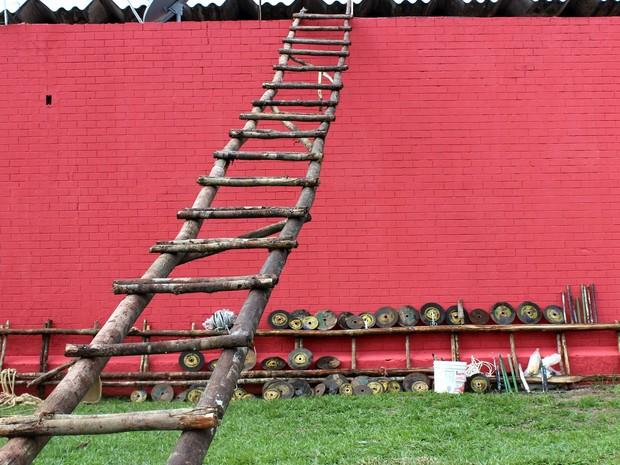 Escada com pedaços inteiros de troncos de árvore foram encontrados no Compaj, em junho; secretário da Seap disse que 'não tinha como justificar' (Foto: Jamile Alves/G1 AM)