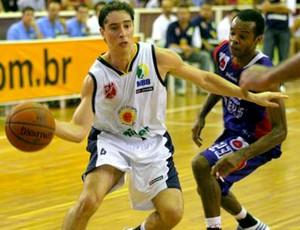 basquete nbb - Matheus, do São José, e Nezinho, do Brasília (Foto: Divulgação LNB)