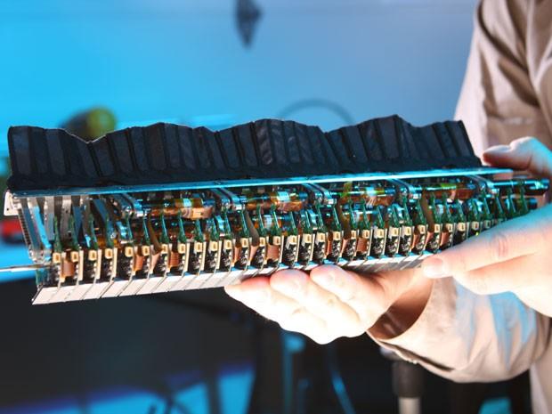 Sensores foram espalhados no robô, de maneira semelhante ao corpo do ituí-cavalo (Foto: M. MacIver/Universidade Northwestern/BBC)