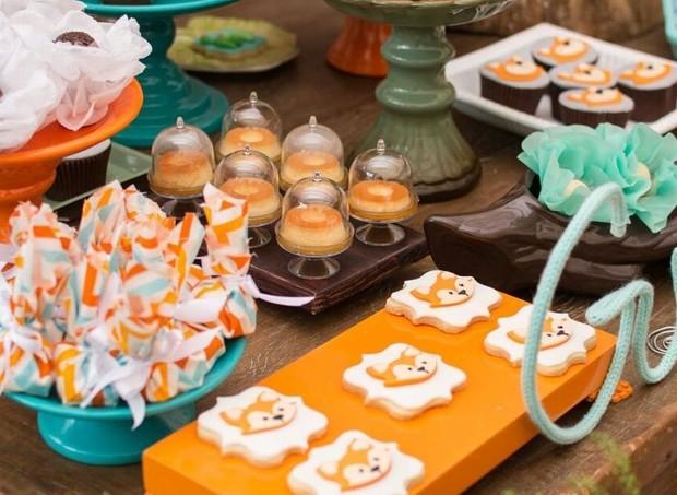 Mini pudins, biscoitos amantegados, cupcakes e maças do amor com tag de raposa foram algumas delícias da mesa do chá de bebê (Foto: Karina Martini)
