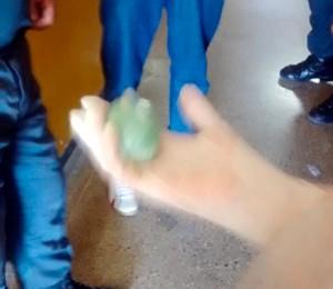 Suspeita foi levada para o hospital da cidade, onde a droga foi retirada  (Foto: Leonardo Arruda/G1)