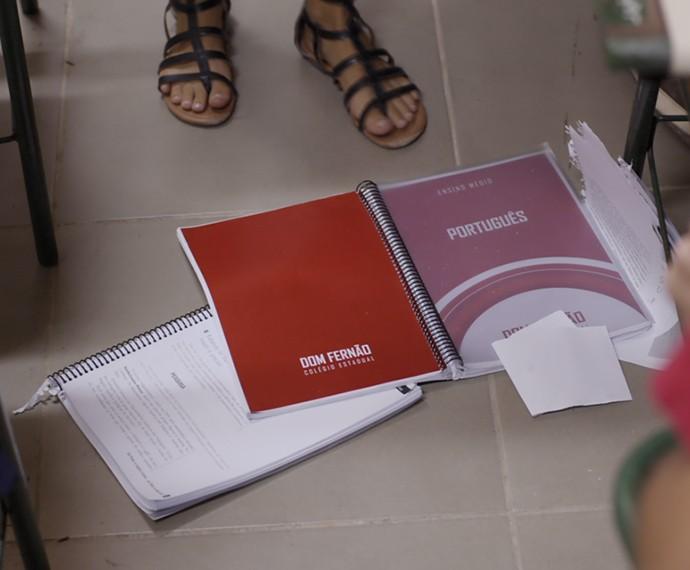 Bilhete cai no chão e se mistura com o resto do material (Foto: TV Globo)
