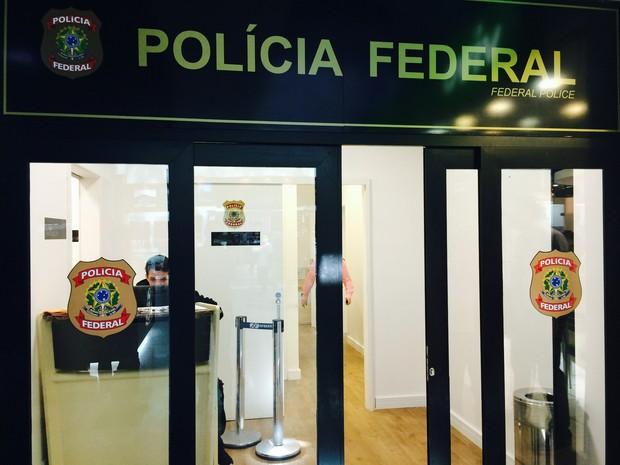 Sininho está detida no Aeroporto Salgado Filho (Foto: Carla Simon/G1)