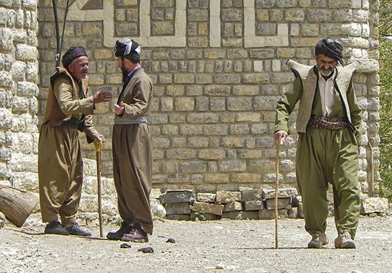 Curdos vestidos tradicionalmente em Howraman, na parte iraniana do Curdistão (Foto: © Guilherme Canever)
