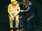 Argentino apresenta peça de teatro de bonecos sobre velhice no Ceará