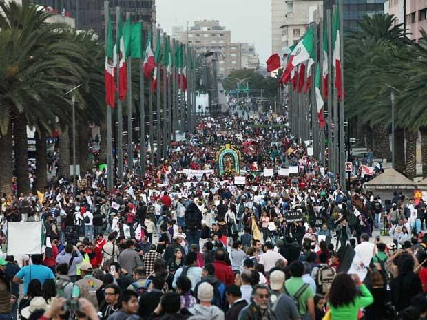 Manifestantes se unem a protesto de familiares dos estudantes desaparecidos. (Foto: Marco Ugarte / AP Photo)