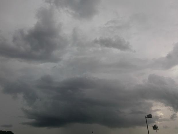 Após chuva forte e ventania, Campo Grande ficou com céu fechado nesta tarde de quinta-feira (8). (Foto: Nathália Rabelo/ G1 MS)