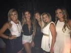 Dani Souza usa look decotado para ir a show de Anitta com amigas