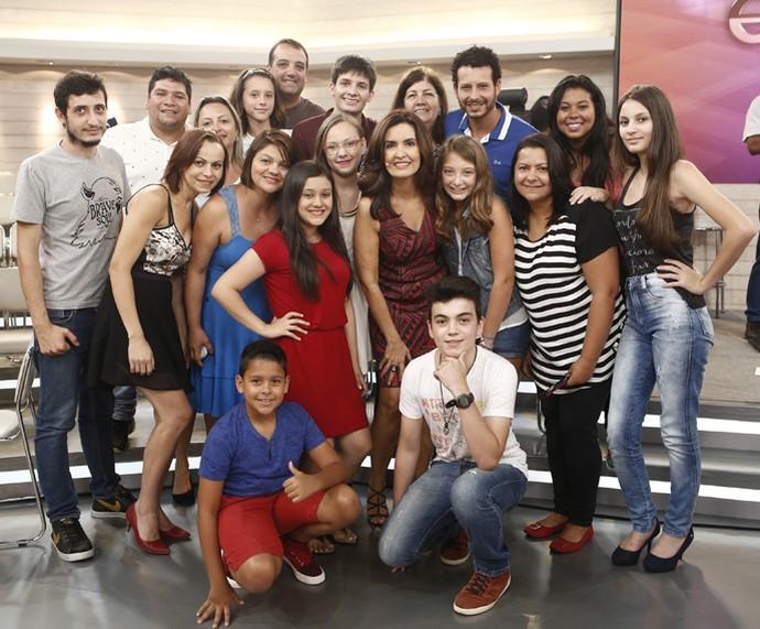 Fátima tira foto com parte da plateia que compareceu ao programa (Foto: Inácio Moraes/Gshow)