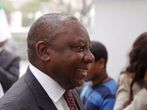 O presidente da África do Sul, Jacob Zuma, chega ao Parlamento local nesta quarta-feira (21). Ele foi designado para um segundo mandato (Foto: Schalk van Zuydam/AP)