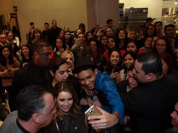 Sandy com fãs em pré-estreia de filme em São Paulo (Foto: Marcos Ribas/ Brazil News)
