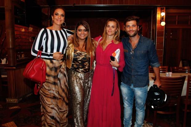 Ivete Sangalo, Preta Gil Carolina Dieckmann e Bruno Gagliasso em restaurante no Rio (Foto: Manuela Scarpa e Marcos Ribas/ Foto Rio News)