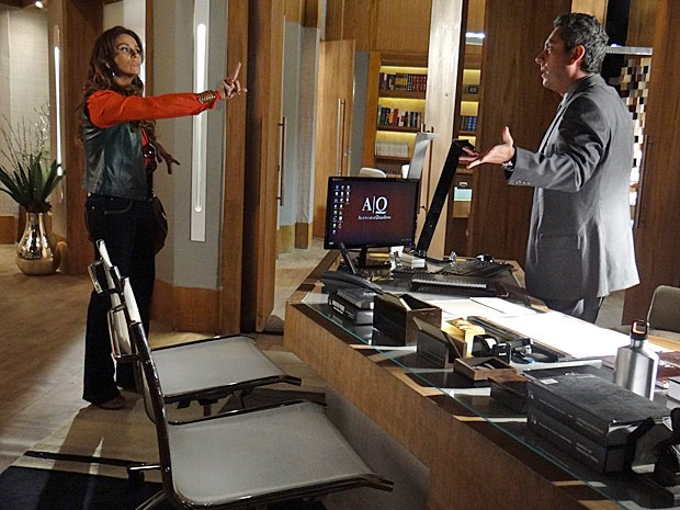 Helo dá passa fora no ex e diz que não é amiga de Wanda (Foto: Salve Jorge/TV Globo)