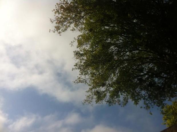 Sol aparece entre as nuvens em Porto Alegre neste domingo (Foto: Tatiana Lopes/G1)