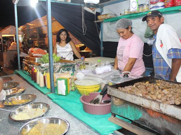 Venda de comidas típicas durante os festejos de Campo Maior é aposta de boa parte das barracas (Foto: Patrícia Andrade)