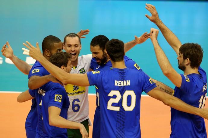 Jogadores do Brasil comemoram ponto contra a Polônia pela Liga Mundial (Foto: FIVB)
