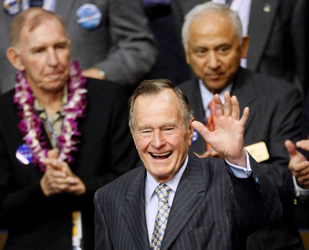 Ex-presidente dos EUA George HW Bush é internado