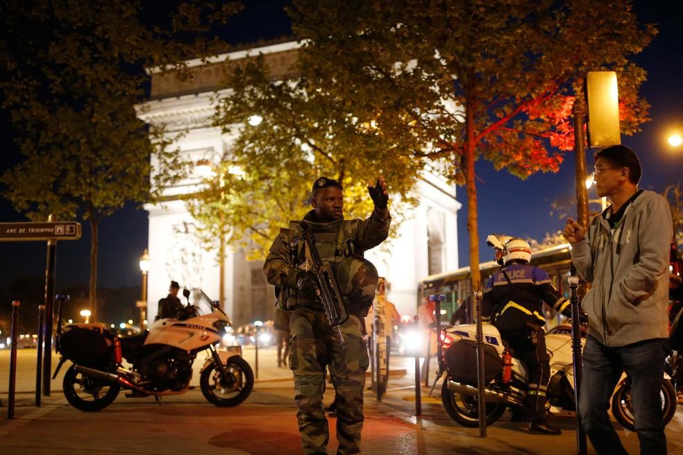 Soldado armado faz guarda em rua perto da avenida Champs Elysees em Paris após o tiroteio desta quinta-feira (20) (Foto: REUTERS/Benoit Tessier)
