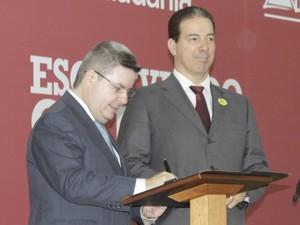 Governador assina convênio que cede o Distrito Industrial para a prefeitura de Montes Claros. (Foto: Valdivan Veloso / G1)