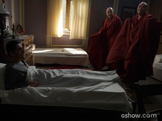 Décio se irrita com zumbido que monges fazem e explode (Foto: Joia Rara/TV Globo)