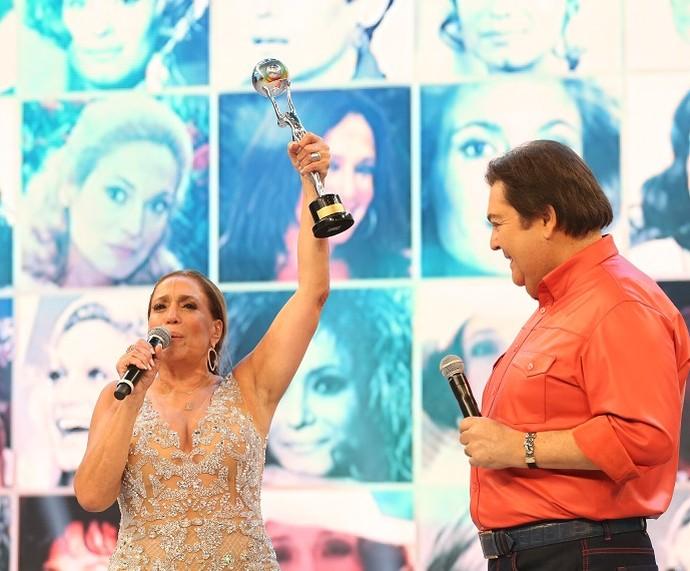 Susana Vieira comemora prêmio no palco do 'Domingão' (Foto: Carol Caminha/Gshow)