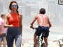 Patrícia Poeta exibe silhueta fininha em passeio na orla do Rio