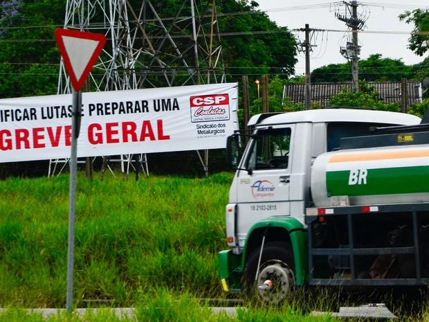 Uma faixa indicando uma greve geral é vista em uma refinaria da Petrobras em São José dos Campos, no Interior de São Paulo. Segundo o sindicato, cerca de 80% da produção na refinaria está paralisada (Foto: Nilton Cardin/Estadão Conteúdo)