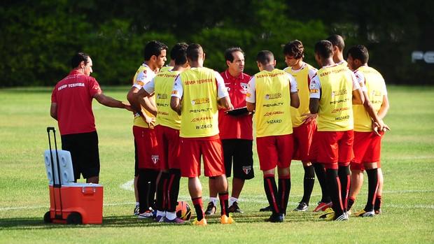 Muricy conversa com os jogadores no campo (Foto: Marcos Ribolli)