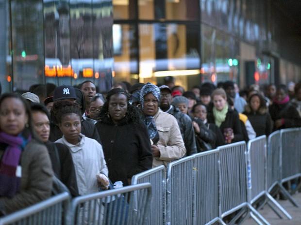 2 de novembro - População faz fila para esperar ônibus para Manhattan a partir do Brooklin, quatro dias depois da passagem da tempestade Sandy (Foto: Keith Bedford/Reuters)