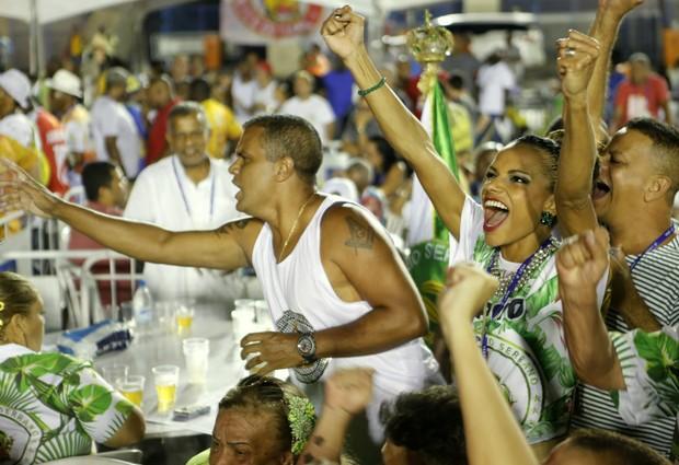 Quitéria Chagas festejando o título do Império Serrano (Foto: Marcos Serra Lima / EGO)